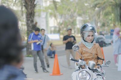 Buat Para Wanita, Simak Dulu Tips Ini Agar Nyaman Berkendara Sepeda Motor Setiap Hari
