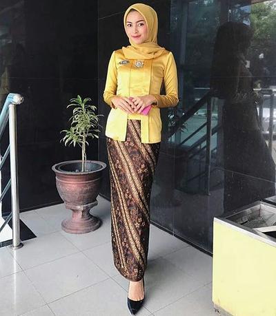 Dapatkan Tampilan Berbeda Saat Ke pesta dengan Tips Hijab Kondangan Warna Kuning Ini!