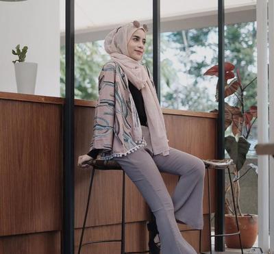 Kekinian Banget! Ini Dia Gaya Aghnia Punjabi Saat Memakai Flare Pants Hijab