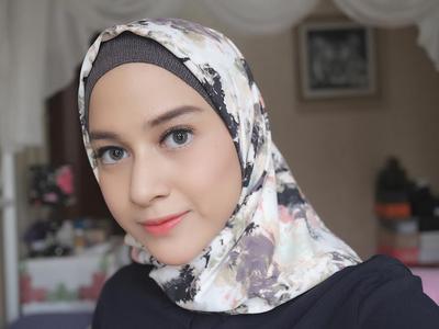Cari Inspirasi Hijab? Gaya Busana Nina Zatulini Ini Patut Kamu Coba