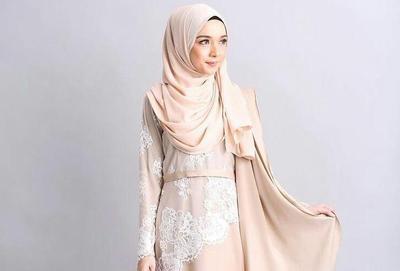 Tak Selalu Dililit Ke Leher, Ini Dia Style Hijab Menutup Dada untuk Kebaya yang Bisa Kamu Coba!