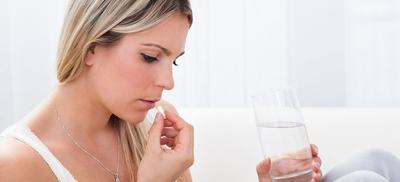 Boleh enggak sih minum obat jerawat yang ada di drugstore?