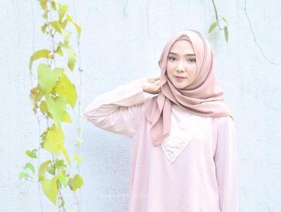 Tampil Lebih Manis dan Kekinian, Begini Cara Memilih Padu Padan Hijab Warna Nude yang Tepat