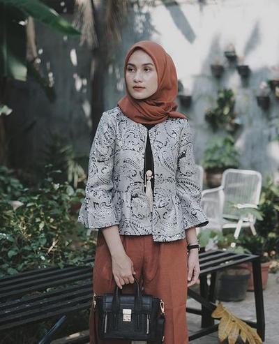 Siapa Bilang Enggak Bisa Tampil Keren ke Pesta Menggunakan Batik, Contek Gayanya di Sini Hijabers!