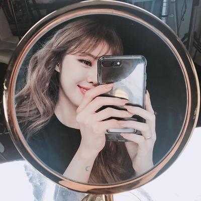 Sedang Hits, Ini Dia Tips Terlihat Cantik Saat Mirror Selfie!