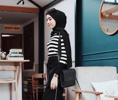 Biar Tak Kaku, Ini Tips Tampil Keren Memakai Outfit Hijab Warna Hitam untuk Sehari-hari