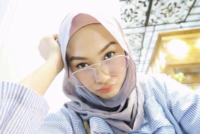 Simak 3 Inspirasi Model Hijab untuk Hijabers Berkacamata Ini Agar Tetap Nyaman Dipakai