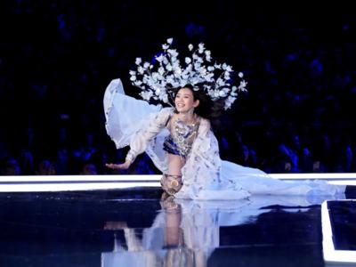 Selain Ming Xi, Bella Hadid Juga Mengalami Insiden Pada Model Victoria Secret Show Tahun Ini