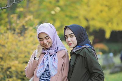Tampil Girly dan Segar, Ini Lipstik Warna Pink yang Cocok untuk Kamu Hijabers!