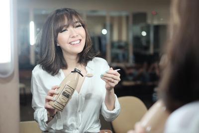 Inspirasi Gaya Makeup Natural ala Gisella Anastasia Bisa Kamu Tiru Nih Ladies!