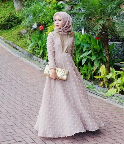 Menawan dan Anggun, Ini Inspirasi Gaun Muslimah yang Cantik Banget!