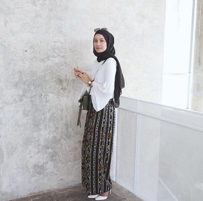Atasan Hijab Polos dengan Rok Motif