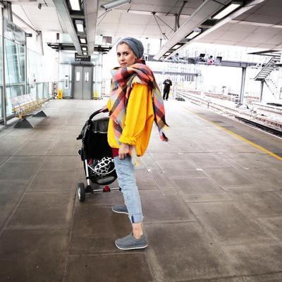 Minimalis tapi Tak Monoton, Ini Inspirasi Warna Hijab Abu-Abu yang Perlu Kamu Coba
