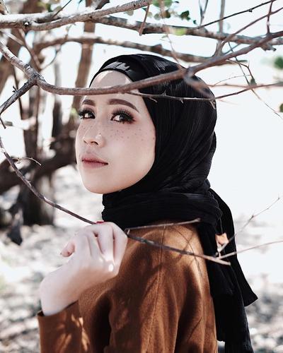 Biar Bisa Eksis di Segala Suasana, Warna Hijab Ini Wajib Kamu Punya!