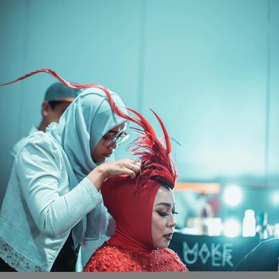 Hijab dengan Aksesoris Bulu Manokwari