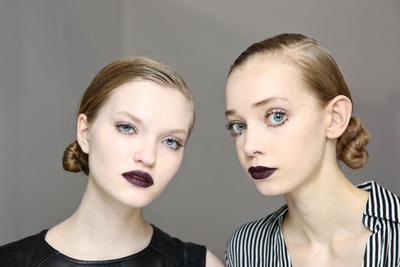 Ini Nih Tips Jitu Biar Pede Pakai Lipstick Warna Gelap!