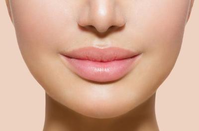 Segarkan Bibirmu dengan Lipstik