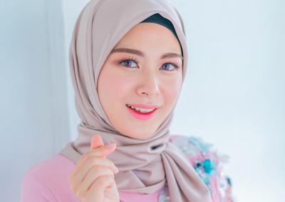 Mau Keliatan Cute ala Cewek Korea? Berikut Warna Hijab yang Wajib Kamu Punya!