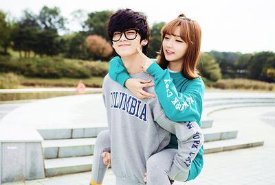 Menggemaskan! Begini Tips Tampil Kompak dengan Baju Couple Bareng Pasanganmu