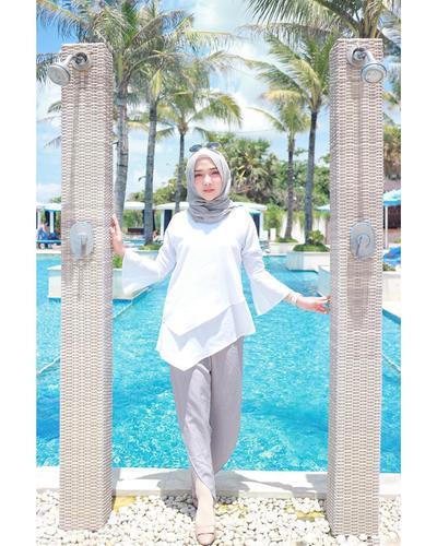 Contek Gaya Fashion Liburan ala Selebgram Hijab yang Simple dan Nyaman Ini, Ladies!