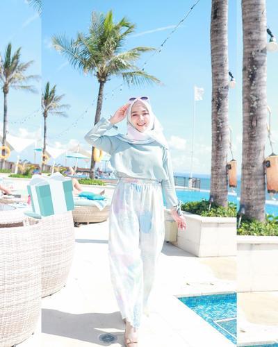 Style Hijab Pantai ala Ayu Indriati