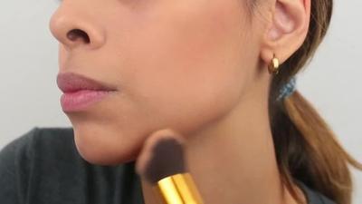 Aplikasikan bronzer di beberapa area wajah