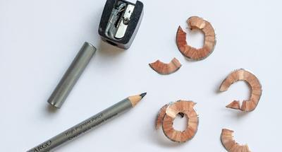Sebenernya boleh gak sih meraut pensil alis menggunakan rautan pensil biasa?
