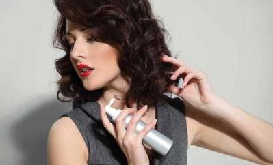 Semprotkan Hairspray Agar Curly Tahan Lama