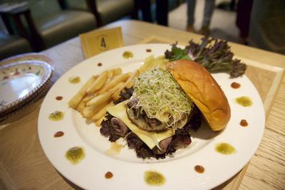 Mau Makan Burger yang Pas dengan Seleramu? Kreasikan Sendiri Aja di Tempat Ini!