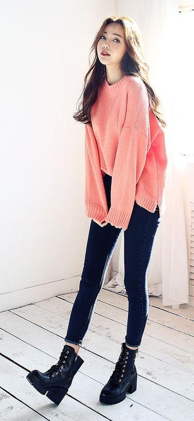 Cute and Stylish! Fashion dengan Sweater ala Cewek Korea Ini Harus Dicoba Saat Musim Hujan Ladies