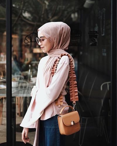 Tampil Trendi dengan Sling Bag di Tahun 2018, Ini Referensi Lengkap Gayanya untuk Kamu!