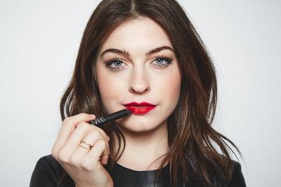 Cukup Lakukan Hal Ini Agar Lipstick Kamu Tidak Ikutan Menempel di Gigi, Ladies!