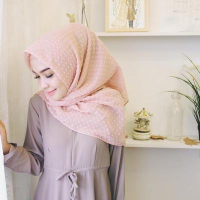 Ini Dia Padu Padan Outfit ke Kantor yang Tetap Hits dengan Hijab Organza Dot!