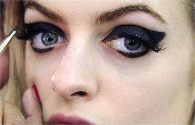Eyeliner Terlalu Tebal Bikin Mata Jadi Sipit?