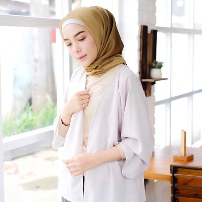 Cocok Banget, Perpaduan Hijab Cokelat dan Atasan Ini Bikin Look Kamu Tetap Kalem