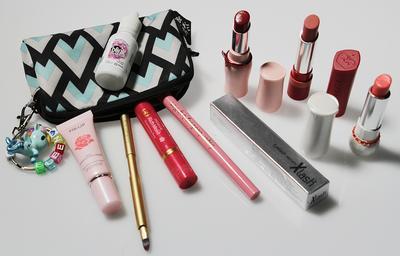 Ladies, berapa jumlah lipstick yang ada di makeup pouch kamu? Penasaran deh..
