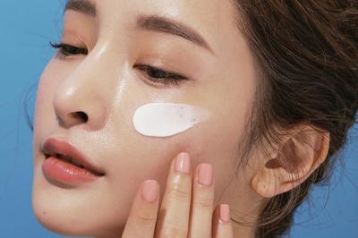 Ladies, Ini Dia Rutinitas Skincare Sebelum Menggunakan Makeup yang Wajib Kamu Ketahui!