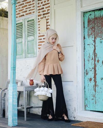 Lagi Hits Kekinian, Coba Mix and Match Hijab Warna Krem Ala Aghnia Punjabi Ini, Yuk!
