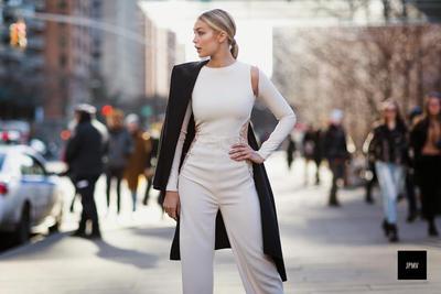 Tak Melulu dengan Outfit Super Formal, Ini Inspirasi Gaya untuk Ke Kantor Ala Gigi Hadid