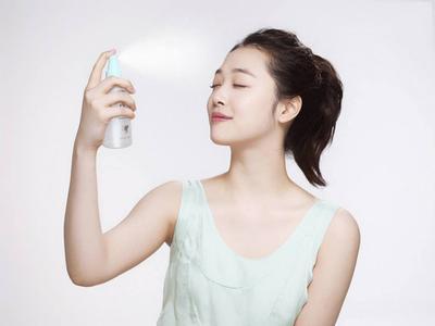 Ladies, Aman Enggak Sih Memakai Setting Spray Setiap Hari? Cari Tahu yuk!