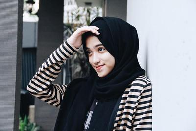 Ladies, Bagaimana Ya Agar Rambut Tidak Sering Keluar Saat Menggunakan Hijab?