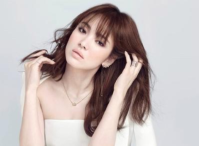 Tak Heran Banyak Pria yang Jatuh Cinta, Gaya Fashion Song Hye Kyo Ini Memang Mempesona!