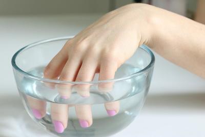Merendam tangan dengan air hangat