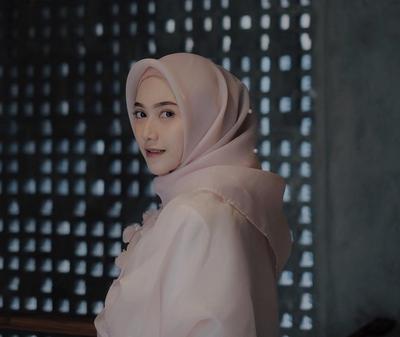 Punya Tekstur Berbeda, Beginilah Cara Menyetrika dan Merawat Hijab Organza Agar Tetap Rapi