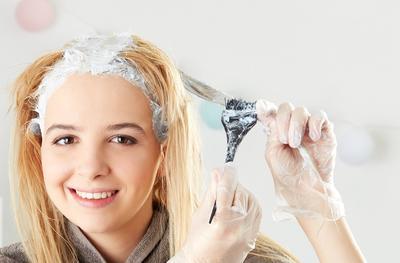 Enggak Nyangka, Ternyata Bleaching Rambut Sendiri di Rumah Berbahaya Lho, Ladies!