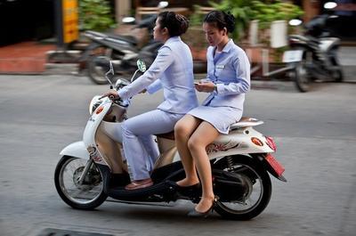 Ladies, Suka Naik Motor? Ternyata Posisi Duduk Ini Berbahaya Banget Loh!