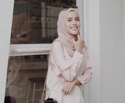 Padu Padan Hijab Warna Peach Ini Dijamin Bikin Kamu Semakin Menarik Perhatian