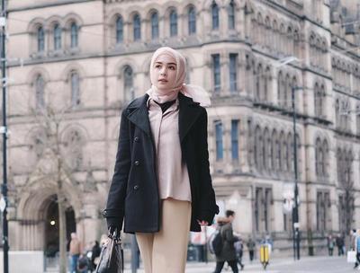 Begini Cara Memadukan Coat yang Tetap Modis untuk Para Wanita yang Mengenakan Hijab