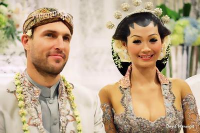 Enggak Nyangka, Ternyata Ini Lho Alasan Para Pria Bule Lebih Tertarik Menikahi Wanita Indonesia!