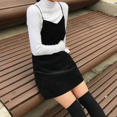 Padukan Short Velvet Dress dengan Bahan Sweater/Kaus